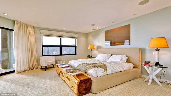 295A61D000000578-3111196-Large_spread_The_home_boasts_4_bedrooms-a-38_1433438417501