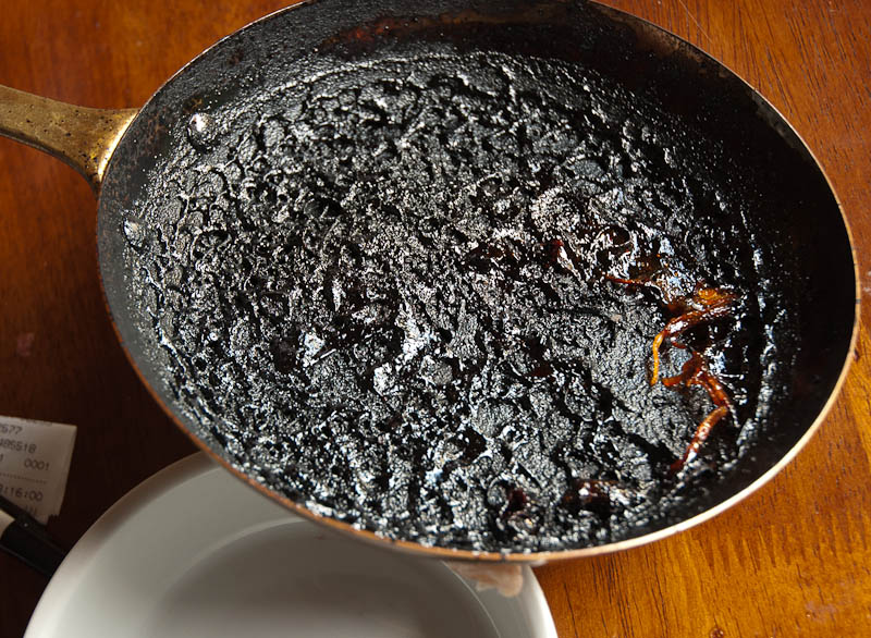 burnt pan here 39 s how to clean it perfectly and it 39 ll. Black Bedroom Furniture Sets. Home Design Ideas