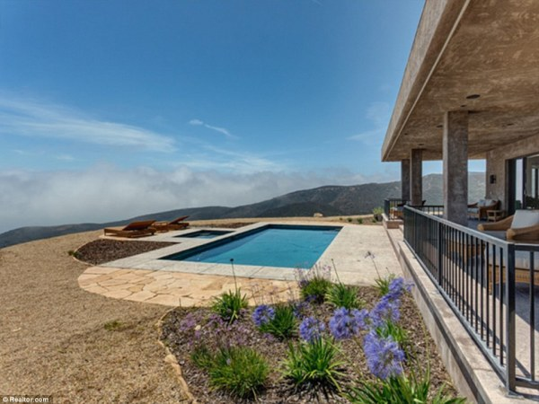295A619900000578-3111196-Secluded_The_eight_acre_property_sits_high_up_in_the_hills-a-44_1433438417725