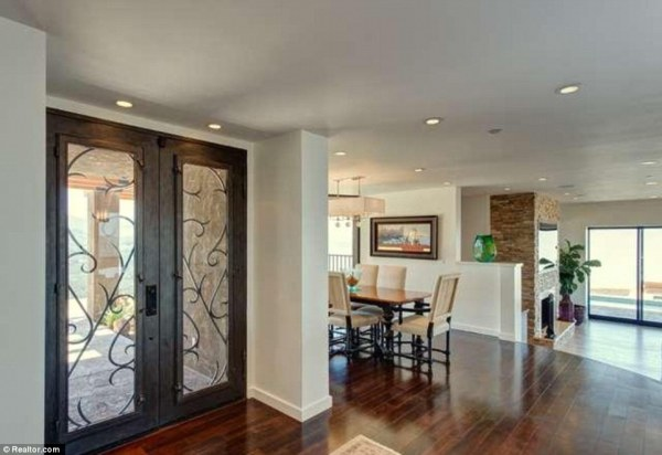 295A61BD00000578-3111196-Step_right_in_The_foyer_features_Brazilian_walnut_floors-m-54_1433438506127