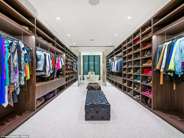 39A78A6F00000578-3865964-A_girl_can_dream_It_also_features_a_large_dressing_room_off_the_-a-12_1477294700441