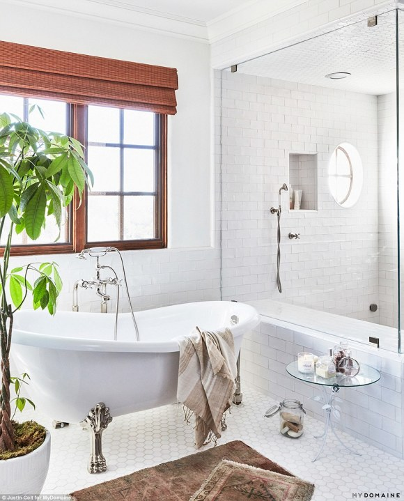 39C8BF6C00000578-3879940-Spa_time_Lauren_s_luxurious_master_bathroom_boasts_a_huge_white_-a-20_1477602747537