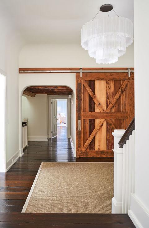 gallery-1478110682-alec-baldwin-home-hallway