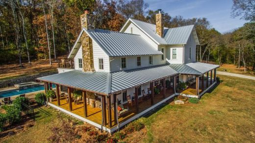 miley-cyrus-returns-to-her-country-roots-with-a-new-home-miley-cyrus-buys-home-in-franklin-tennessee-599af45c655e48517775f439-origin